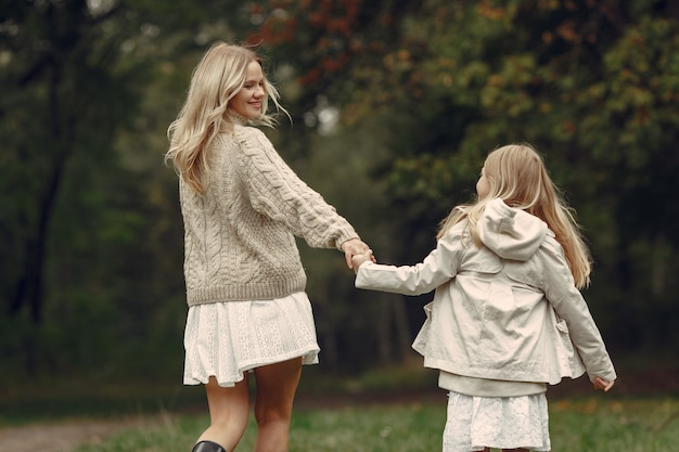 Modieuze moeder met dochter. mensen lopen naar buiten