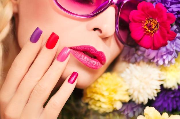 Modieuze roze make-up en manicure op vierkante nagels