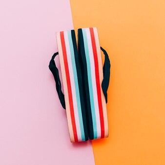 Modieuze sandalen op vanille achtergrond. strand zomertijd