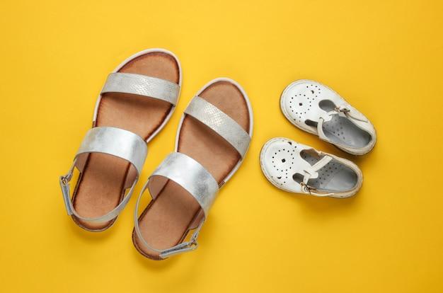 Modieuze sandalen voor kinderen en volwassenen op geel.