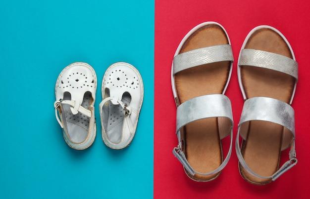 Modieuze sandalen voor kinderen en volwassenen op roodblauw.