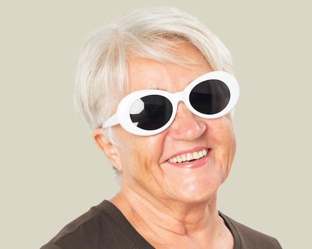 Modieuze senior vrouw, het dragen van een zonnebril gezicht portret