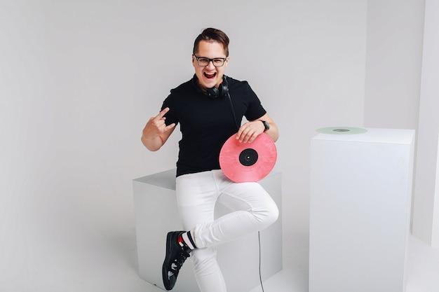 Modieuze stijlvolle dj met hoofdtelefoons en vinyl