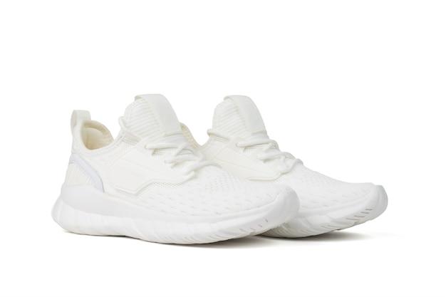 Modieuze stijlvolle witte fitness sneakers geïsoleerd op een witte achtergrond.