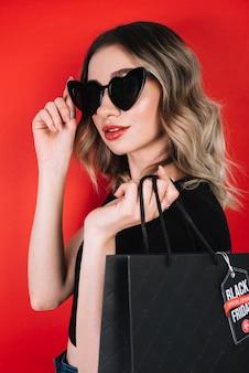 Modieuze vrouw bij het winkelen op zwarte vrijdag