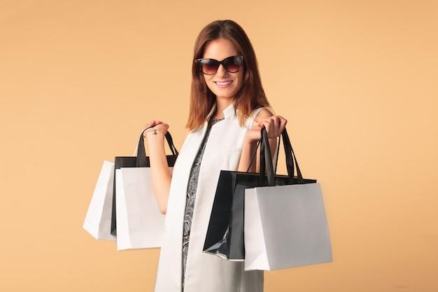 Modieuze vrouw met boodschappentassen
