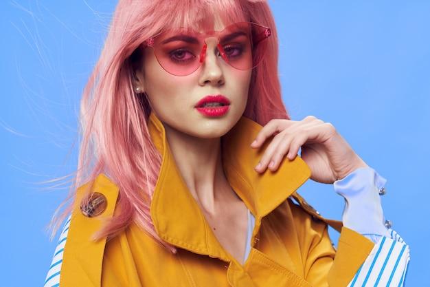 Modieuze vrouw met roze haren droevig gezicht rode bril