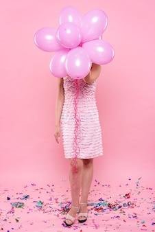 Modieuze vrouw op feestje bedrijf ballonnen