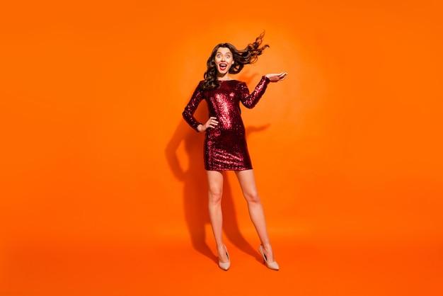 Modieuze vrouw poseren tegen de oranje muur