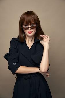 Modieuze vrouw rode lippen mooie glimlach zwarte jas bijgesneden weergave