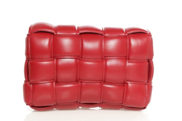Modieuze vrouw stijlvolle tas geïsoleerd op een witte achtergrond. mooie rode luxe lederen dames handtas. luxe accessoires.