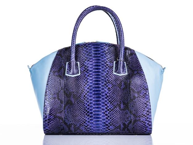 Modieuze vrouw stijlvolle tas geïsoleerd op een witte achtergrond. prachtige paarse luxe leren dames handtas. luxe accessoires.