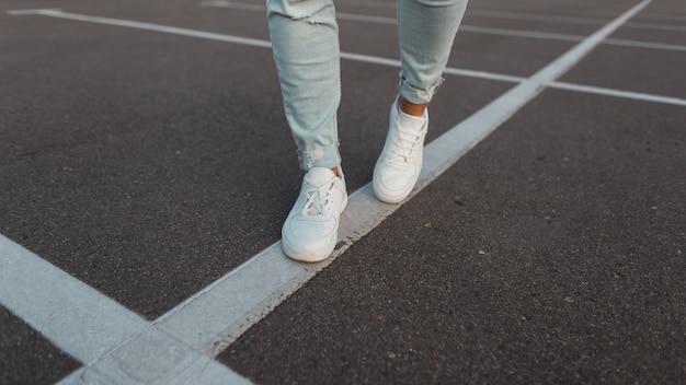 Modieuze witte leren witte heren sneakers.