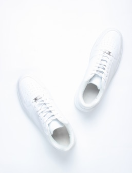 Modieuze witte sneakers, minimalisme, bovenaanzicht, creatieve lay-out