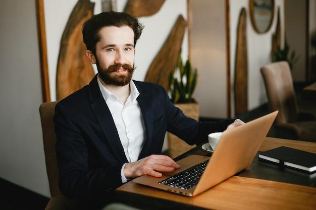 Modieuze zakenman die in een bureau werkt
