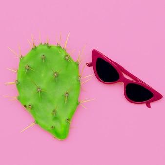 Modieuze zonnebril. zomer accessoire. plat leggen