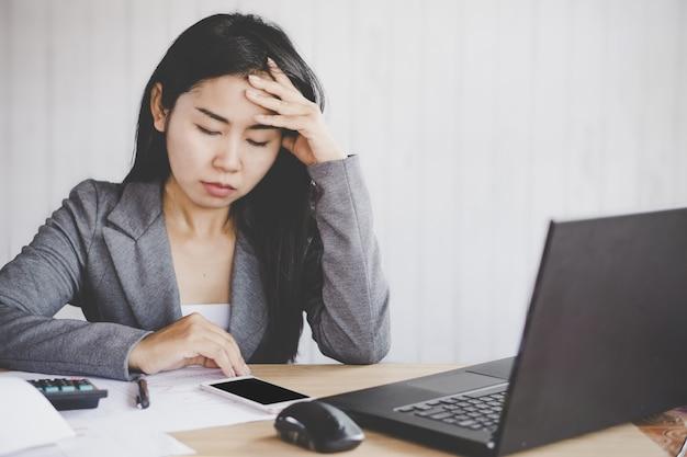 Moe aziatische zakenvrouw ongelukkig werken