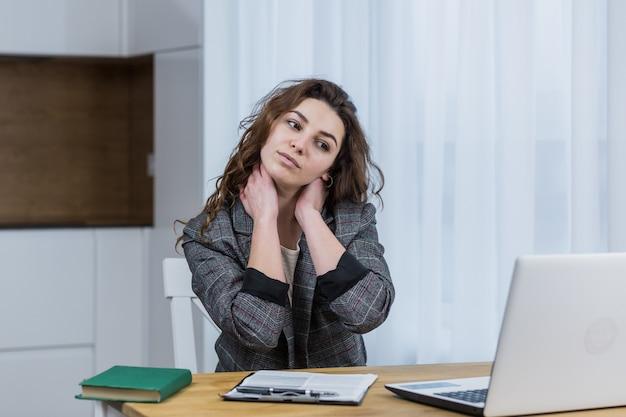 Moe en slaperige vrouw die op een laptop werkt, thuis of op kantoor, online werkt