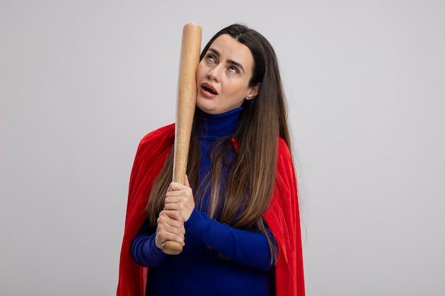 Moe jong superheld meisje honkbalknuppel zetten wang geïsoleerd op wit