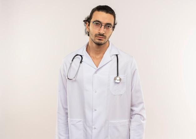 Moe jonge mannelijke arts met een optische bril, gekleed in een wit gewaad met een stethoscoop