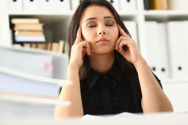 Moe jonge vrouw tijdens een harde werkdag