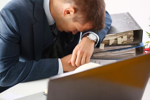 Moe kantoor mannelijke bediende in pak dutje doen