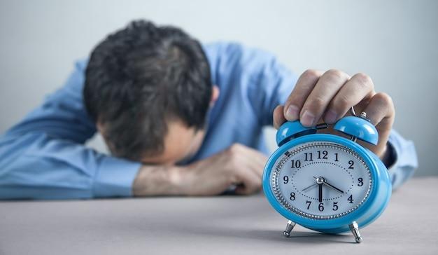 Moe man slapen op kantoor. deadline tijd