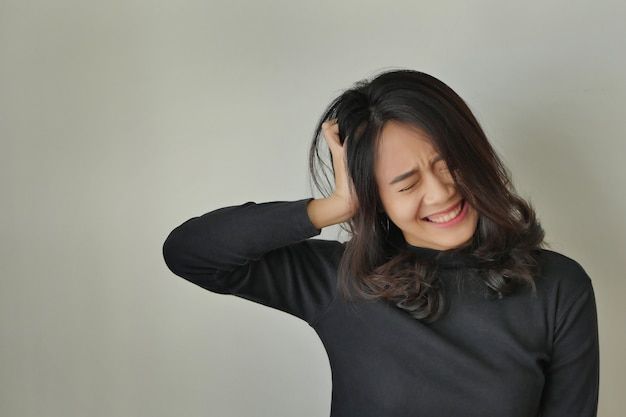 Moe uitgeputte stress zieke vrouw die lijdt aan hoofdpijn depressie
