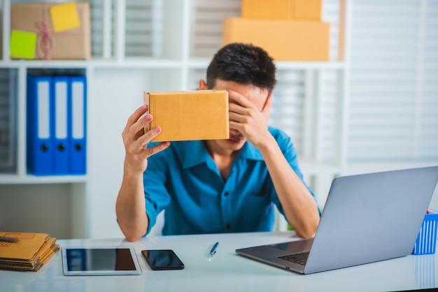Moe van zakenman ongelukkig en stress voelen.