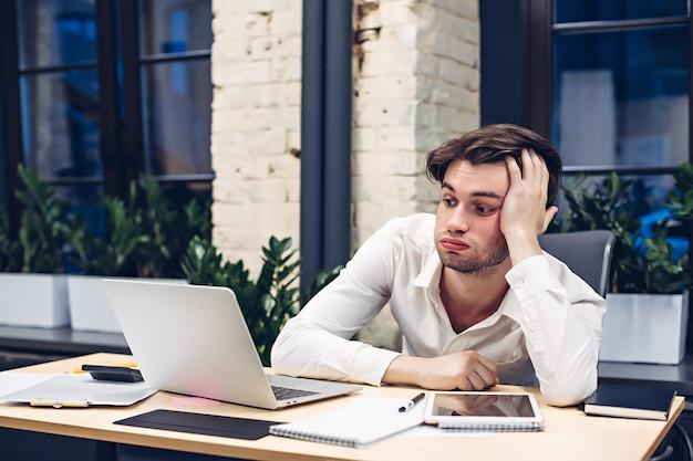 Moe zakenman bezig met laptopcomputer aan tafel in kantoor