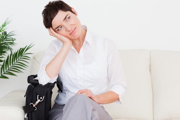 Moe zakenvrouw met een tas