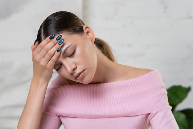 Moe ziek ziek uitgeput overwerkte verveelde jonge vrouw
