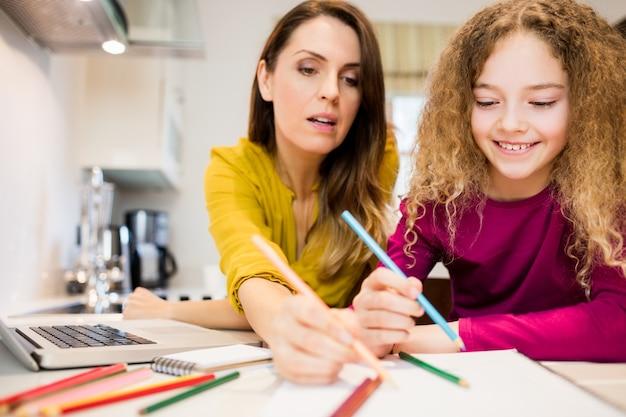 Moeder assisteren haar dochter in tekening