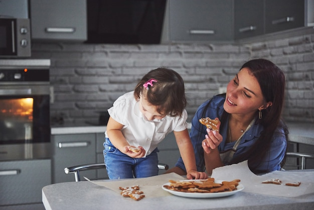 Moeder bak met haar dochter in de keuken.