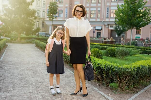 Moeder bedrijf kind bij de hand, ga naar school.
