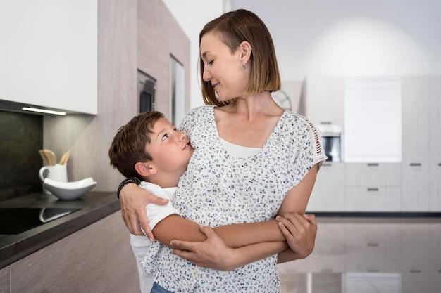 Moeder blij om thuis te zijn met zoon