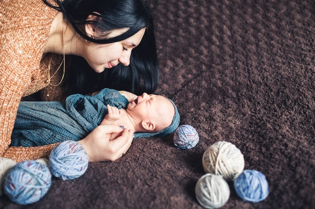 Moeder boog zich voorover naar haar pasgeboren baby en glimlachte naar hem.