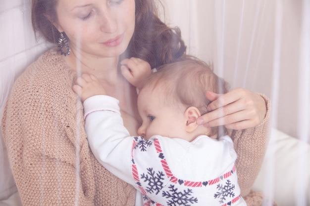 Moeder borstvoeding babymeisje