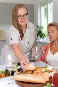 Moeder brengt tijd door met haar dochter thuis