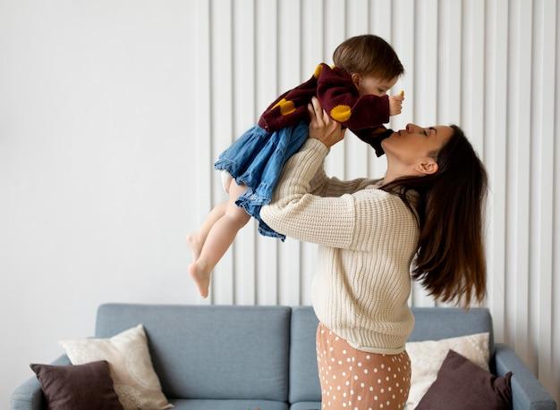 Moeder brengt tijd door met haar dochter