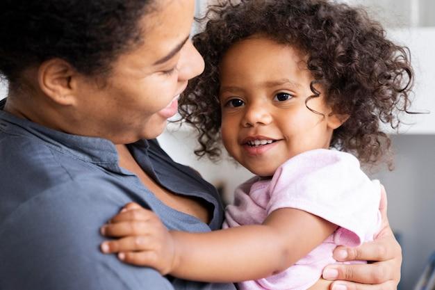Moeder brengt tijd door met haar kind