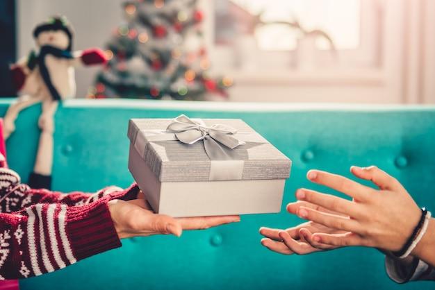 Moeder die aanwezige kerstmis geeft aan dochter