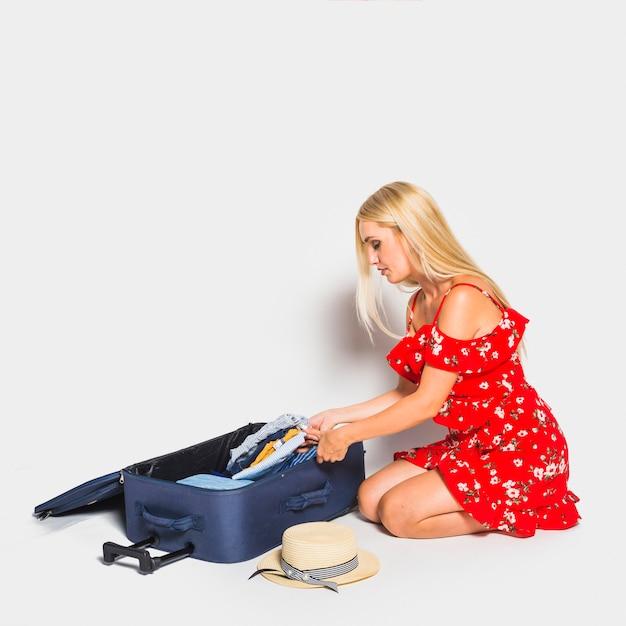 Moeder die bagage voorbereidt
