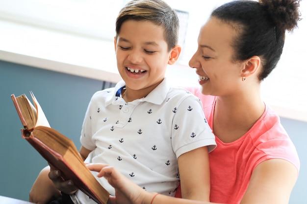Moeder die een boek voorleest aan haar zoontje