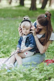 Moeder die een koptelefoon op haar dochtertje