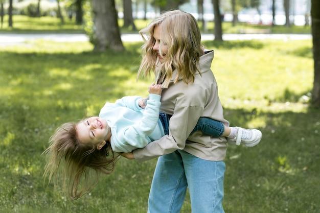 Moeder die en met haar dochter houdt speelt