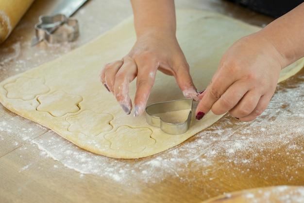 Moeder die feestelijke zelfgemaakte snoepjes kookt. activiteiten voor het gezinsweekend.
