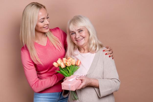 Moeder die gelukkig is en geschenken ontvangt
