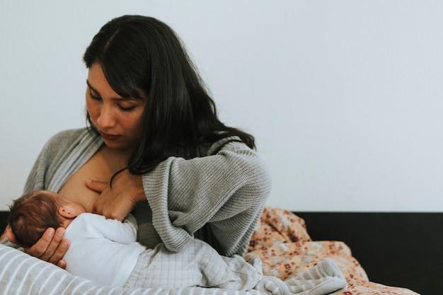 Moeder die haar baby borstvoeding geeft