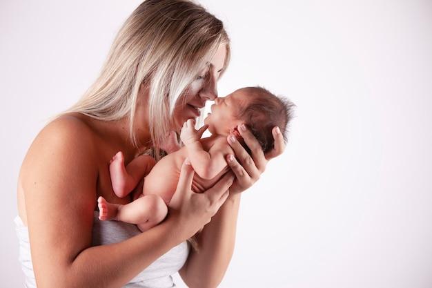Moeder die haar baby in haar armen houdt